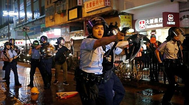 Hong Kong karıştı: Göstericiler polisle çatıştı