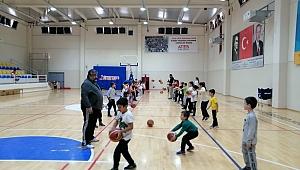 100 çocuk yüzme sporu ile tanıştı, 150 çocuk doyasıya basket oynadı