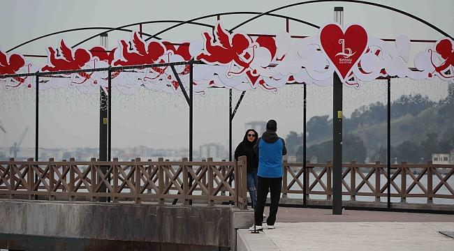 Bayraklı'da 'Sevgililer Günü' kutlandı