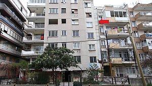 Bayraklı'da yan yatan binanın tahliyesine başlandı