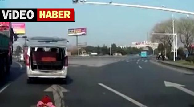 Çin'de küçük çocuk aracın arkasından otoyola düştü